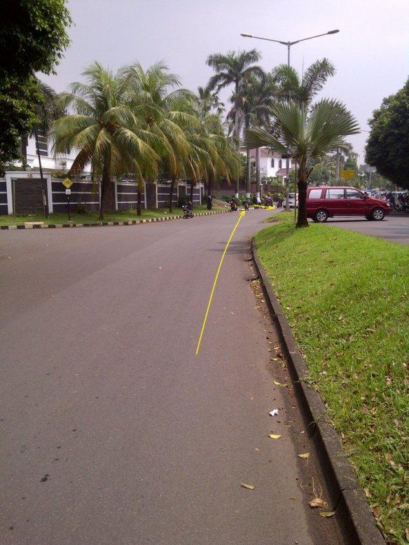 Jalan setelah perempatan terlihat lurus dan lebar tapi sebenarnya menikung dan agak menyempit