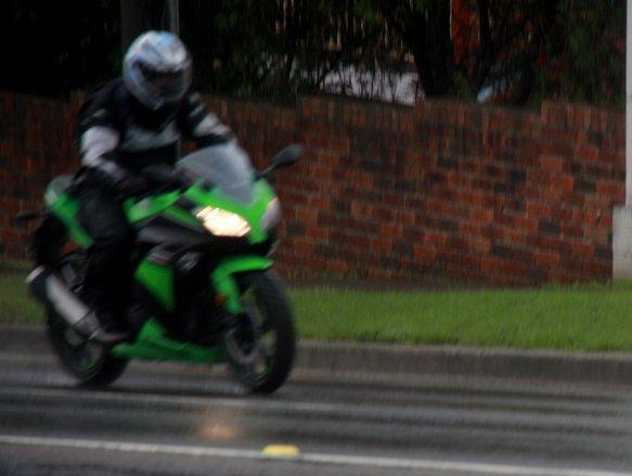 Kawasaki Ninja 300 FI. Kelihatan cirinya dari mata kucing di sisi spakbor depan