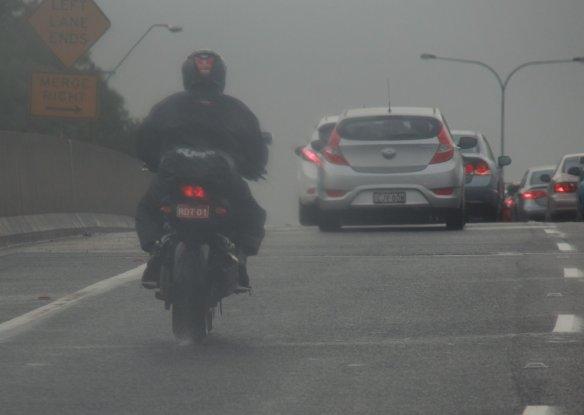 Sekelebat inline-four menyalip di jalan tol saat hujan