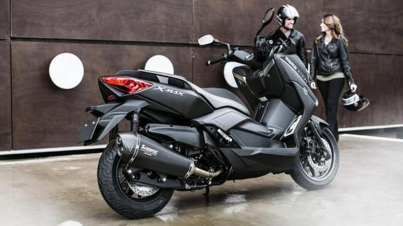 2015-Yamaha-X-MAX-400-MOMO-EU-Power-Black-Static-004